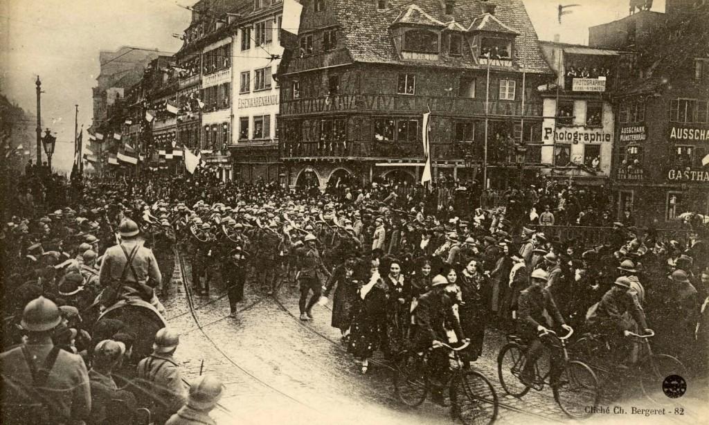 1918 25 nov La fanfare des chasseurs à pied au pont du Faubourg National