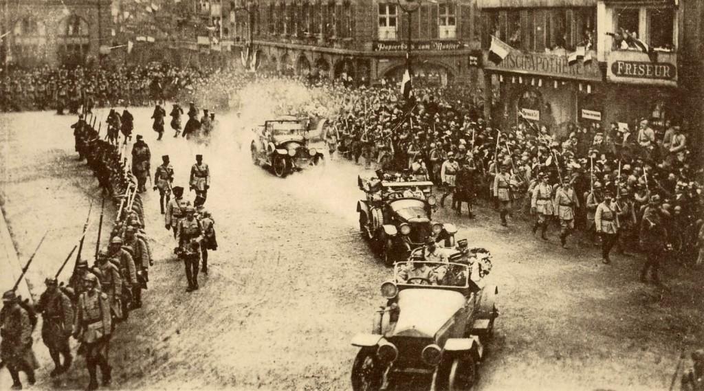1918 25 nov Les voitures du cortège, Place de la Cathédrale