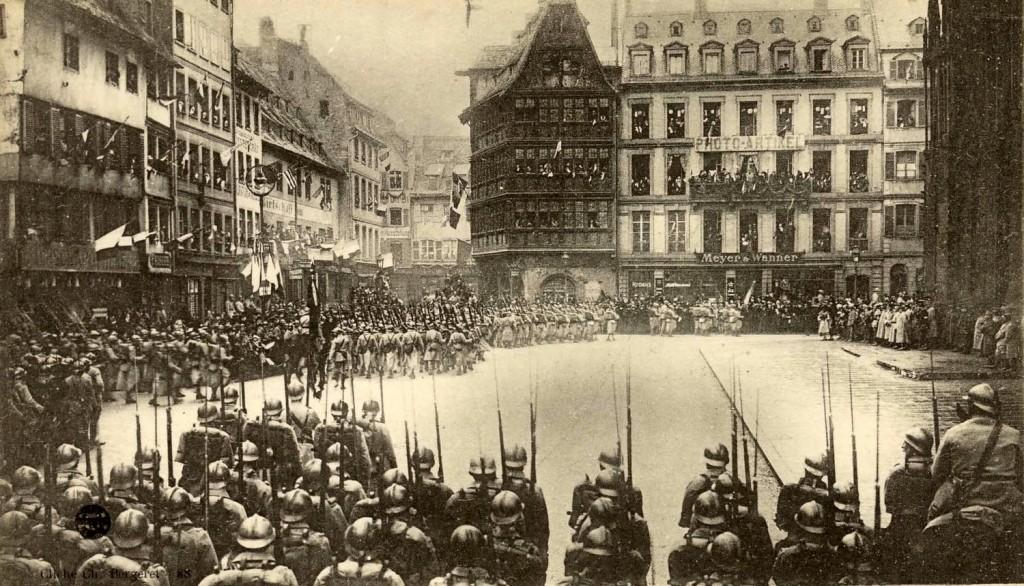 1918 25 nov Défilé des troupes Place de la Cathédrale