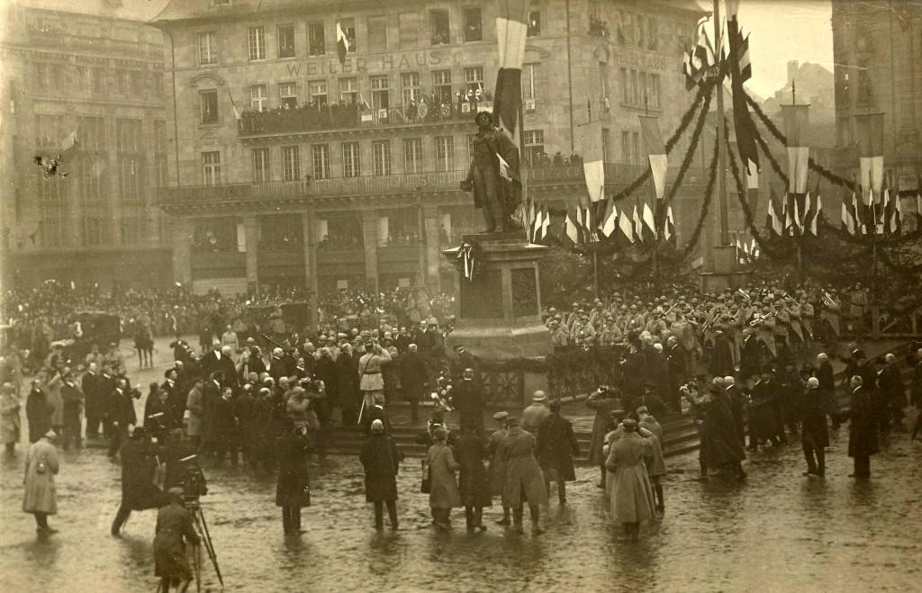 Libération Strasbourg 1918 Statue de Kléber - drapeaux - photographes - officiels