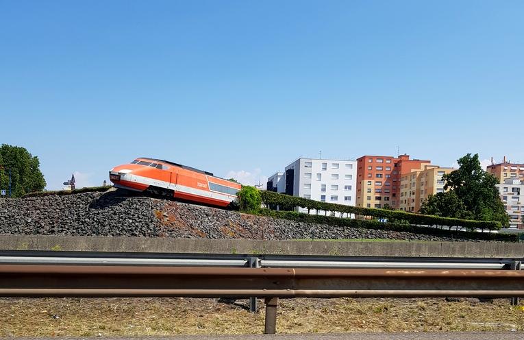 Le TGV 001 de l'autoroute A4 à Strasbourg-Bischheim